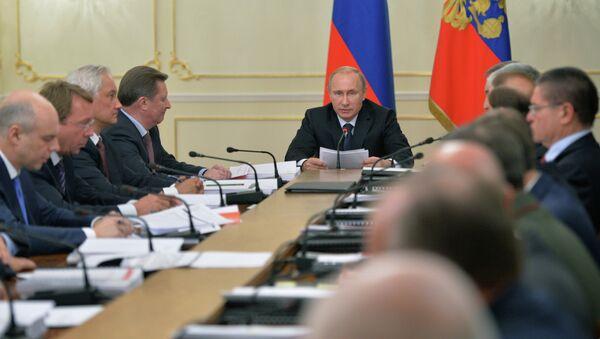 Russian Vladimir President Putin at a meeting of Russia's Military-Industrial Commission - Sputnik International