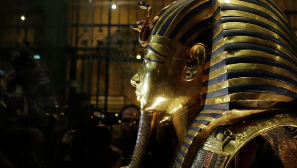 The gold mask of King Tutankhamun is seen in a glass case during a press tour, in the Egyptian Museum near Tahrir Square, Cairo, Egypt, Saturday, Jan. 24, 2015 - Sputnik International