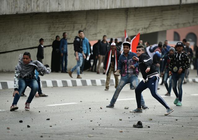 Supporters of Egyptian President Abdel Fattah al-Sisi clash with anti-government protesters (unseen) foll