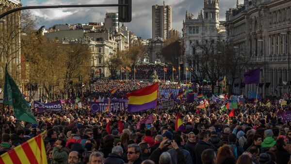 People wave Republican and Podemos party flags during a Podemos party march in Madrid, Spain, Saturday, Jan. 31, 2015 - Sputnik International