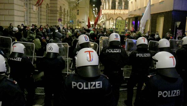 Demonstrators are stopped by police as they gather to protest against the ball at the Hofburg palace hosted by Austria's right-wing Freedom Party - Sputnik International