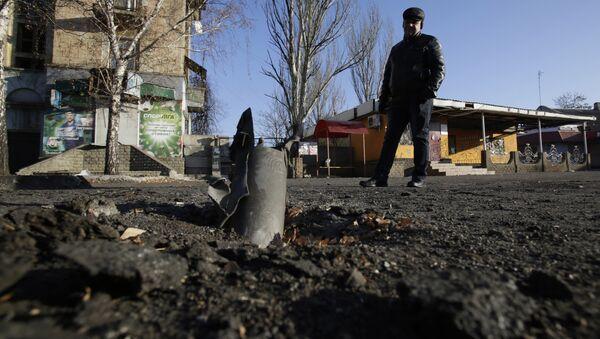 A man looks at Grad rocket louncher system after shelling of milita on November 23, 2014 in eastern Ukrainian city of Debalcevo - Sputnik International