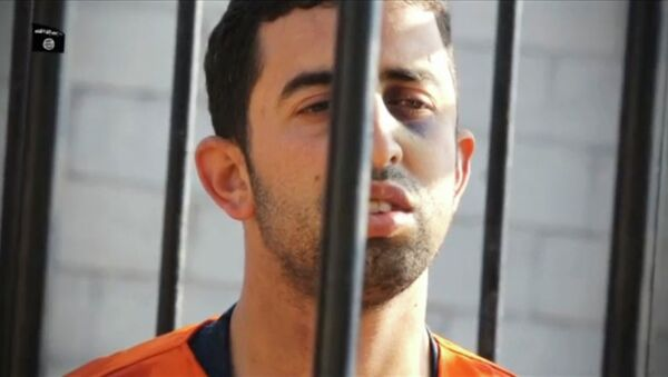 A man purported to be Islamic State captive Jordanian pilot Muath al-Kasaesbeh is seen standing in a cage in this still image from an undated video filmed from an undisclosed location made available on social media on February 3, 2015 - Sputnik International
