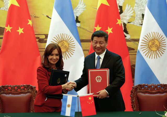 Argentinian President Cristina Fernandez de Kirchner (L) and Chinese President Xi Jinping shake hands and face the media after signing documents during a ceremony at the Great Hall of the People in Beijing February 4, 2015.