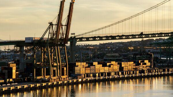 Cargo Piles up at Port of Los Angeles - Sputnik International