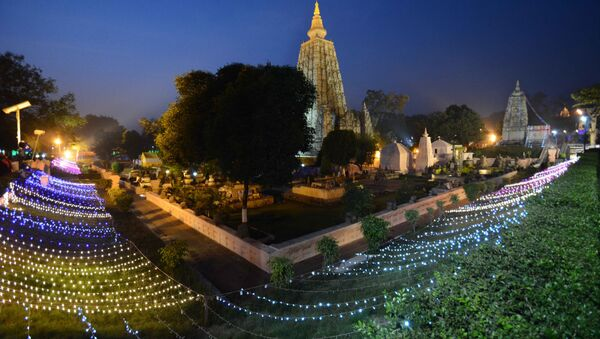The Mahabodhi temple is illuminated with lights on the occassion of 10th Tipitaka Chanting for World Peace in Bodhgaya in Bihar - Sputnik International