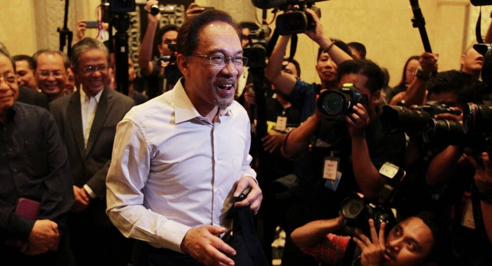 Malaysia's opposition leader Anwar Ibrahim (C) arrives for the verdict in his final appeal against a conviction for sodomy, at the federal court in Putrajaya, February 10, 2015