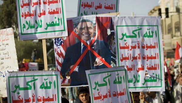 Houthi Shiite Yemenis hold a poster of US President Barack Obama. - Sputnik International