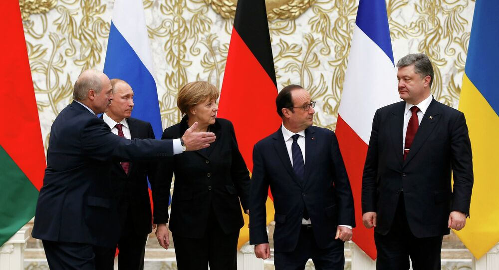 Belarus' President Alexander Lukashenko (L), Russia's President Vladimir Putin (2nd L), Ukraine's President Petro Poroshenko (R), Germany's Chancellor Angela Merkel (C) and France's President Francois Hollande pose for a family photo during peace talks in Minsk, February 11, 2015.