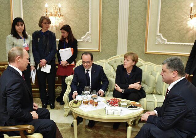 Russia's President Vladimir Putin (L), Ukraine's President Petro Poroshenko (R), Germany's Chancellor Angela Merkel (2nd R) and France's President Francois Hollande attend a meeting on resolving the Ukrainian crisis in Minsk, February 11, 2015
