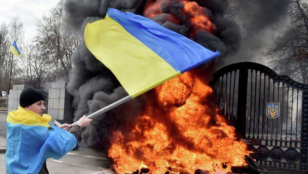 Ukrainian serviceman waves the national flag - Sputnik International