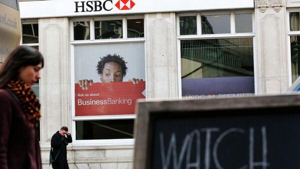 Pedestrians walk past a branch of HSBC bank in London - Sputnik International