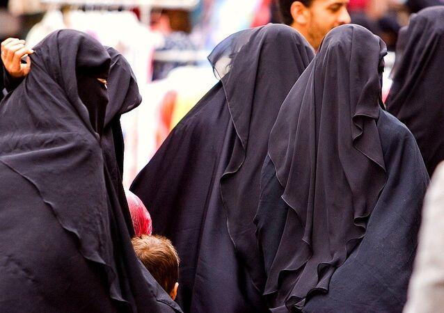 Women in the street - Sanaa