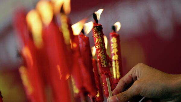 Ethnic Chinese people pray at Wat Mangkon Kamalawat Chinese Temple in Bangkok, Thailand Tuesday, Feb. 17, 2015. Chinese will celebrate the Lunar New Year - Sputnik International