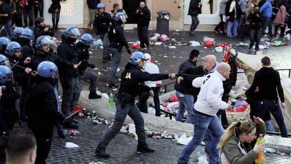 A policeman confronts Feyenoord fans - Sputnik International