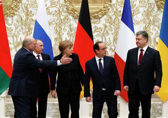 Belarus' President Alexander Lukashenko, Russian President Vladimir Putin, German Chancellor Angela Merkel, France's President Francois Hollande and Ukrainian President Petro Poroshenko (L-R) pose for a family photo at the presidential residence in Minsk