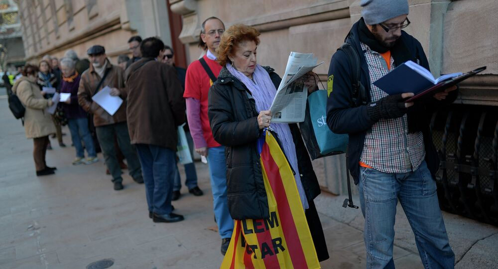 People queue outside the Superior Court of Justice of Catalonia (TSJC) building in Barcelona on December 23, 2014