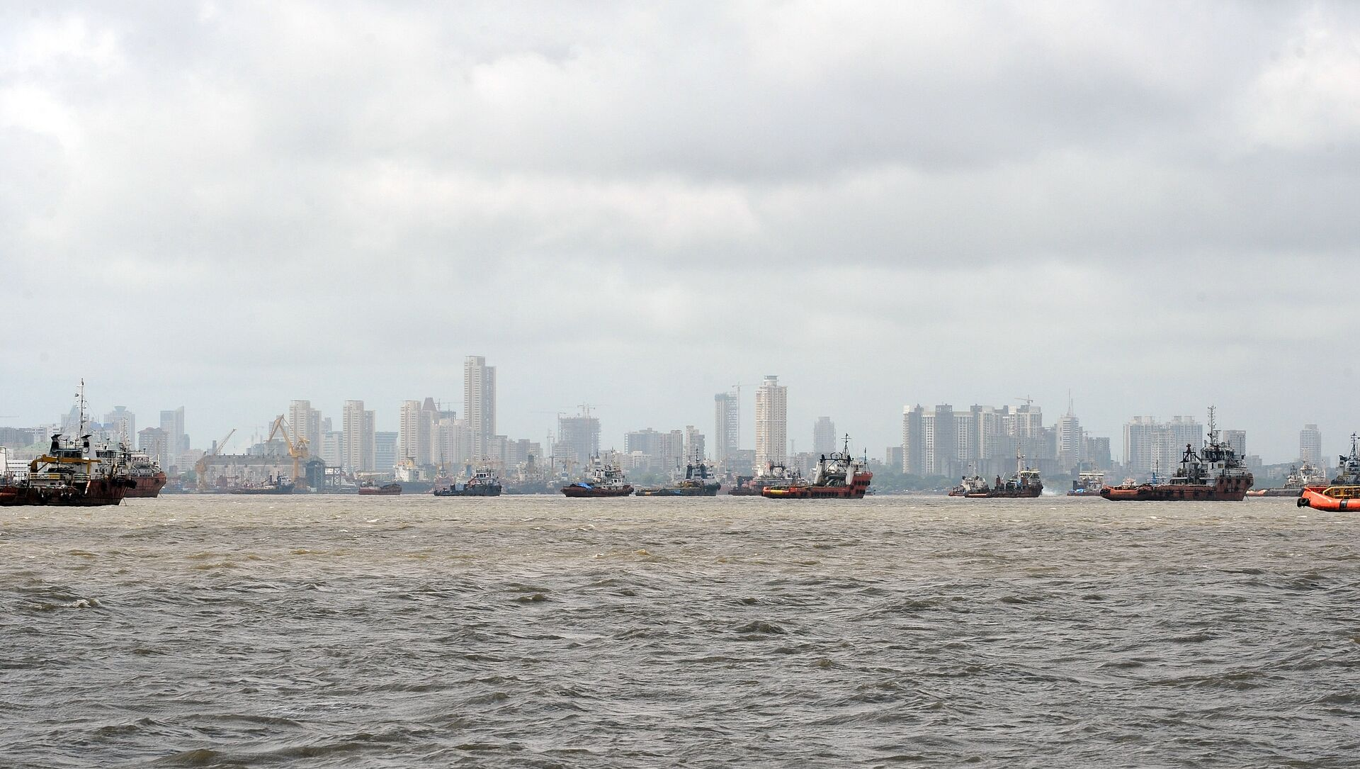 Ships are seen anchored in the Arabian sea following following the closure of the Mumbai port after a maritime accident involving the cargo ship MSC Chitra off the Mumbai coast on August 11, 2010 - Sputnik International, 1920, 30.07.2021