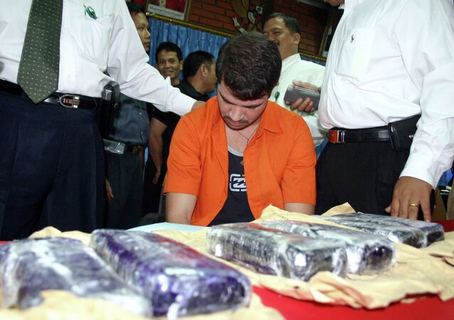 Brazilian Rodrigo Gularte (C) is presented to the media along with seized six kilograms (13.2 pounds) of cocaine at the Customs office of Sukarno-Hatta airport in Tangerang