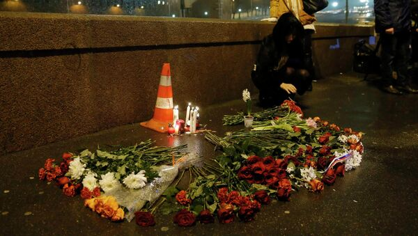Flowers and candles are left at the place where Boris Nemtsov was shot dead, with the Kremlin walls and towers seen in the background, in central Moscow February 28, 2015. - Sputnik International