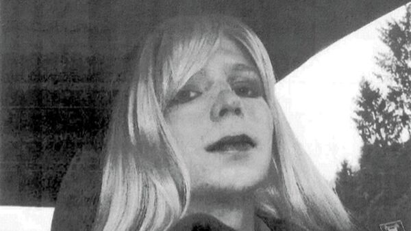 Pfc. Chelsea Manning poses for a photo wearing a wig and lipstick. Manning is suing the Defense Department for hormone therapy. Lawyers for the Army private formerly known as Bradley Manning and the American Civil Liberties Union filed the lawsuit Tuesday, Sept. 23, 2014, in Washington. - Sputnik International
