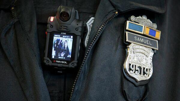 A Philadelphia Police officer demonstrates a body-worn camera - Sputnik International