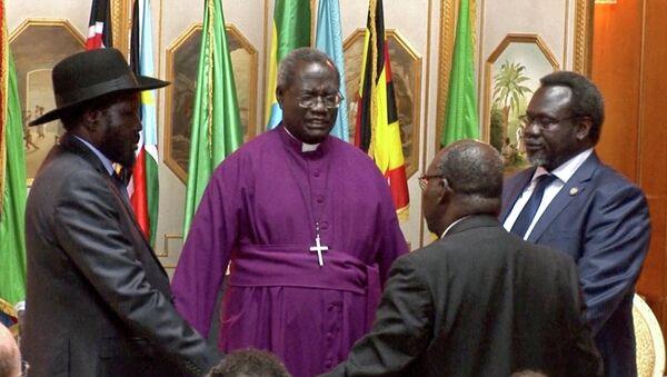 South Sudan's President Salva Kiir, left, and rebel leader Riek Machar, right, shake hands and pray in May 2014. - Sputnik International