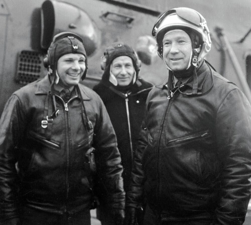 Cosmonauts Yuri Gagarin and Alexei Leonov on the airfield