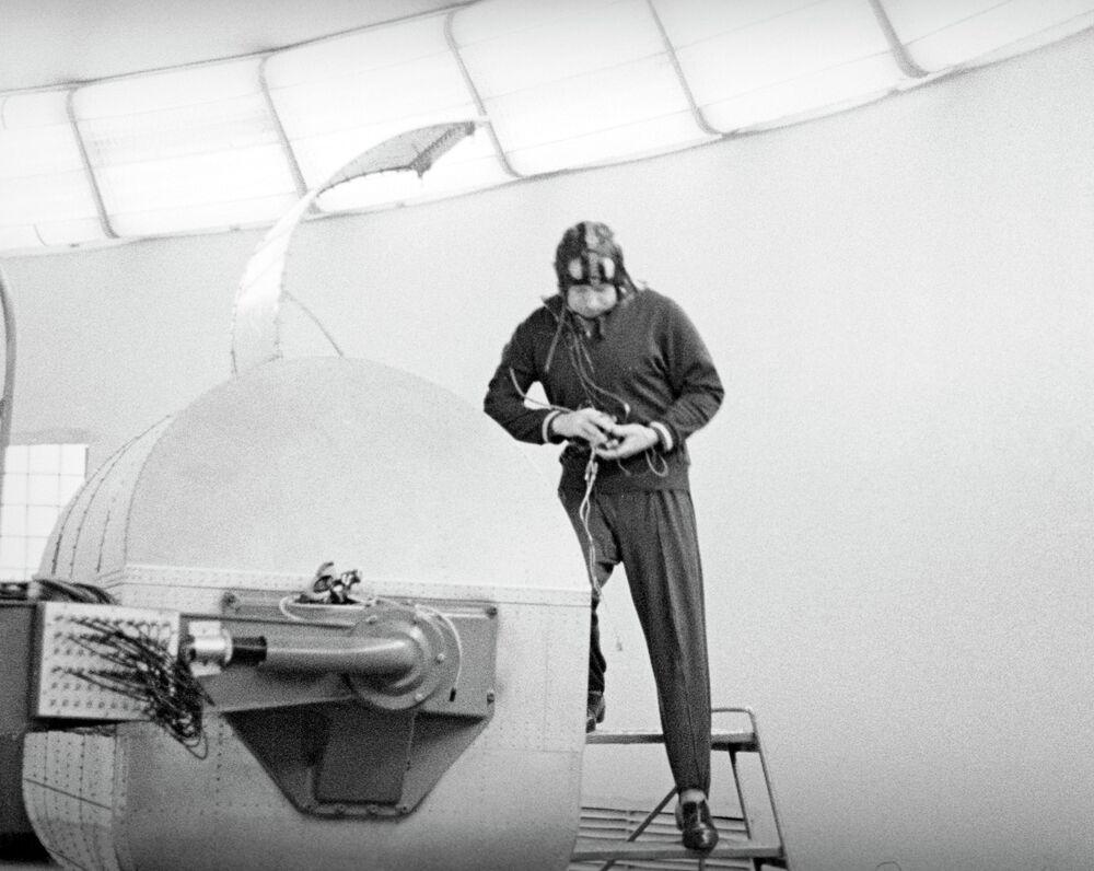 Cosmonaut Alexey Arkhipovich Leonov before training on the centrifuge.
