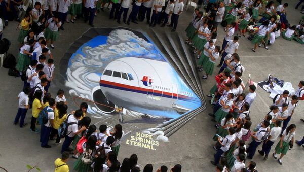 Students watch a three-dimensional graffiti as a way of sympathizing to the missing Malaysian Airlines flight MH370 at a school in Makati City, the Philippines - Sputnik International