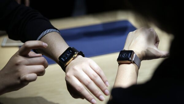 Event attendees get a look at varieties of the new Apple Watch on display in the demo room after an Apple event on Monday, March 9, 2015, in San Francisco. - Sputnik International