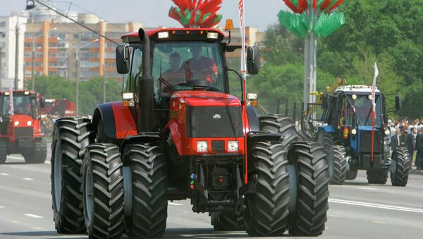 A parade on Belarus' Independence Day. Foreground: a Belarus-3022 tractor - Sputnik International