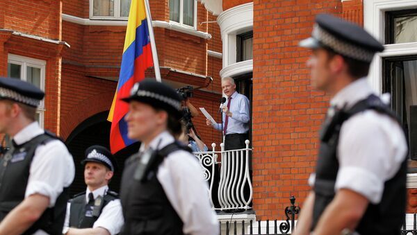 Surrounded by British police WikiLeaks founder Julian Assange, centre, makes a statement to the media and supporters from a window of Ecuadorian Embassy in central London. - Sputnik International