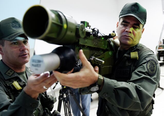 Venezuelan Defense Minister Vladimir Padrino Lopez (R) mans a Russian-made 9K338 Igla-S (SA-18) man-portable air-defence (MANPAD) surface-to-air missile launcher in Caracas on March 14, 2015