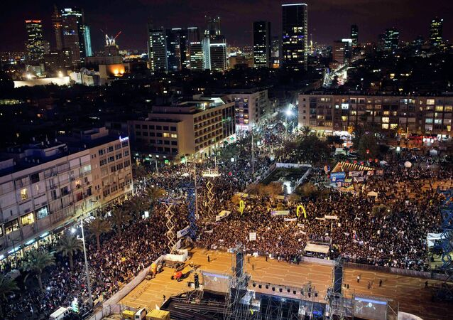 A general view shows a right-wing rally in Tel Aviv's Rabin Square, 15 March 2015.