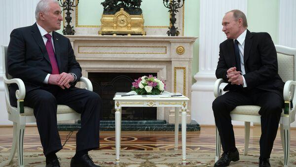 Russian President Vladimir Putin, right, and South Ossetian President Leonid Tibilov meet in the Kremlin - Sputnik International