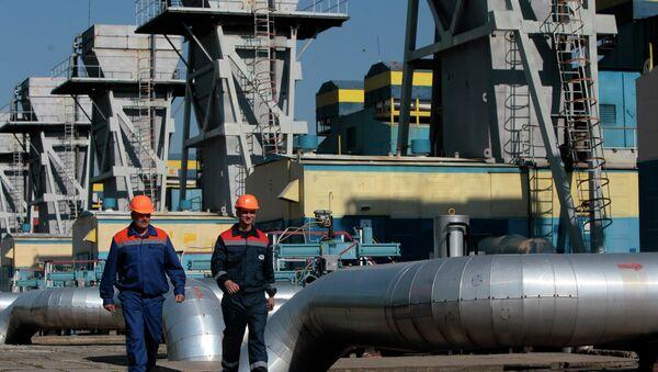 Gas pipeline station workers passing the gas pressure engines in Zakarpattia region, Western Ukraine - Sputnik International
