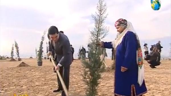 Turkmenistan's President Gurbanguly Berdymukhamedow plants a tree, in this screencap from national television. - Sputnik International