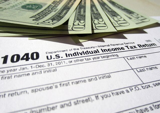 Current and former federal government workers owed more than $3.5 billion in taxes last year, the US Internal Revenue Service reported Tuesday.