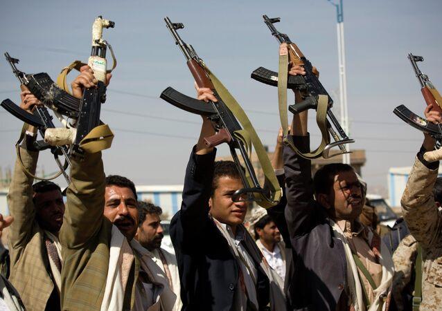 Houthi Shiite Yemeni raise their weapons