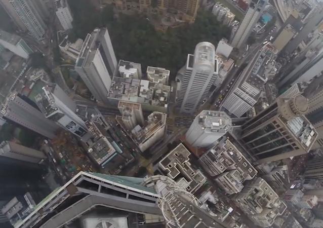 This Daredevil Spiderman Scales Massive Skyscraper