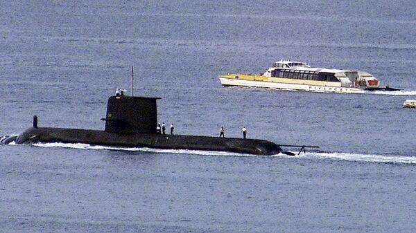 A Rivercat ferry passes by the Royal Australian Navy's newest Collins class submarine, HMAS Waller - Sputnik International