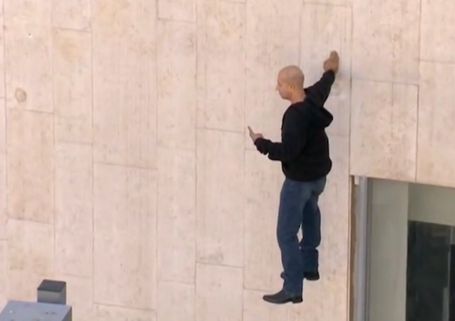Illusionist Boggles Crowd in Israel by Floating Five Hours in the Air