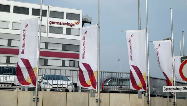 Flags flutter half mast in front of the Germanwings headquarters at Cologne Bonn airport March 24, 2015 - Sputnik International