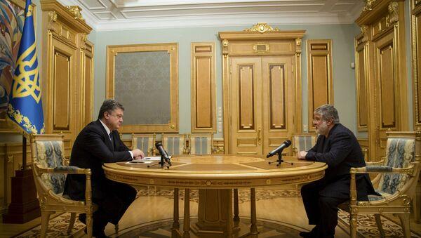 Ukrainian President Petro Poroshenko (L) listens to oligarch Ihor Kolomoisky during their meeting in Kiev - Sputnik International
