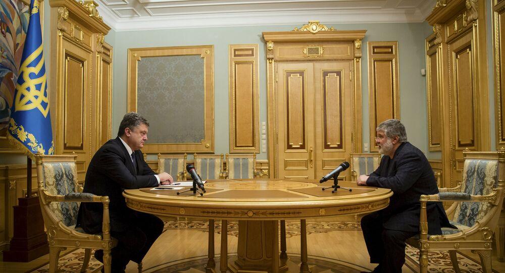 Ukrainian President Petro Poroshenko (L) listens to oligarch Ihor Kolomoisky during their meeting in Kiev