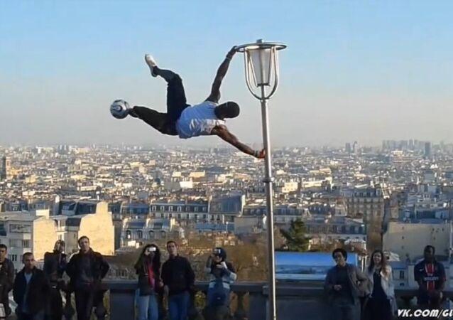 Football - Freestyle on lamp post