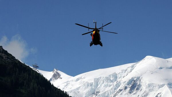 A rescue crew of the Securite Civile (emergency services) flies over French Alps - Sputnik International