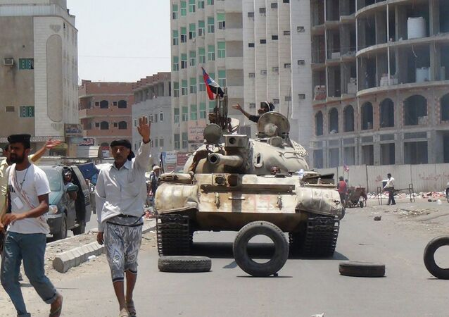 Militiamen loyal to Yemen's President Abed Rabbo Mansour Hadi take positions at a street in Aden, Yemen, Thursday, April 2, 2015.