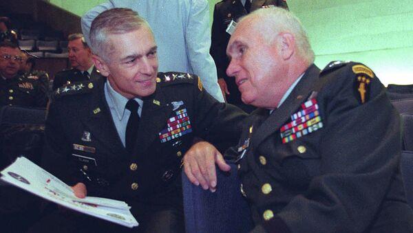 Wesley Clark, left, talks with Gen. Robert H. Scales Jr - Sputnik International